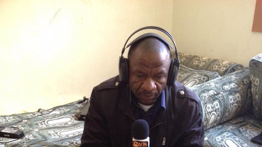 Hassan Yemchu emitiendo su programa de radio en el salón de su casa/ E. G.