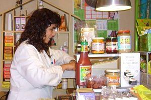 Ana Sanguino, en su herbolario   Foto: A.P
