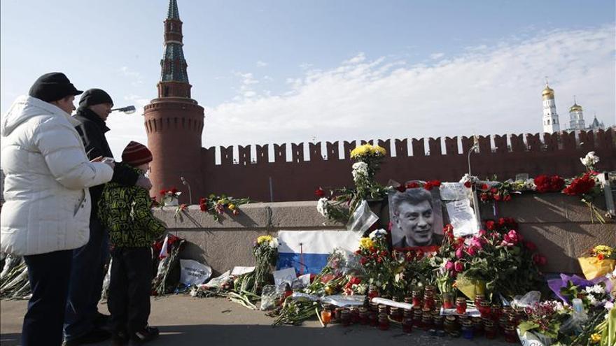 El Kremlin niega orden de retirar flores del lugar donde mataron a Nemtsov