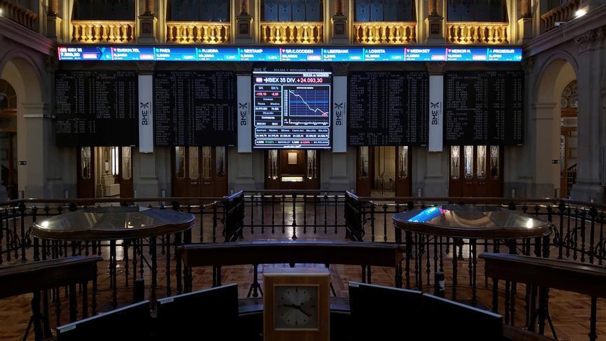 El Ibex cae un 1,7 % lastrado por el turismo y pierde los 7.900 puntos