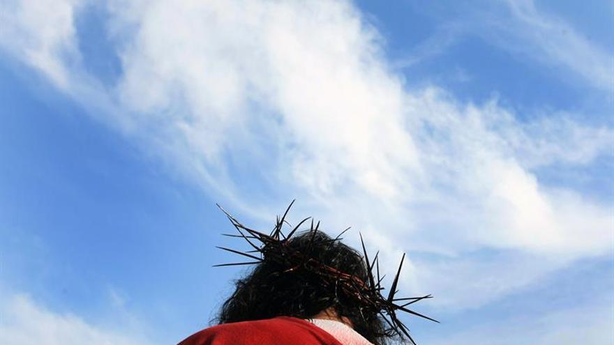 """El """"Cristo Cholo"""" hace su 40 viacrucis para aplacar las inundaciones de Perú"""