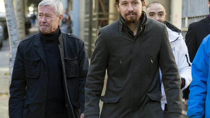 Jorge Verstrynge, junto al líder de Podemos, Pablo Iglesias, en noviembre de 2016.