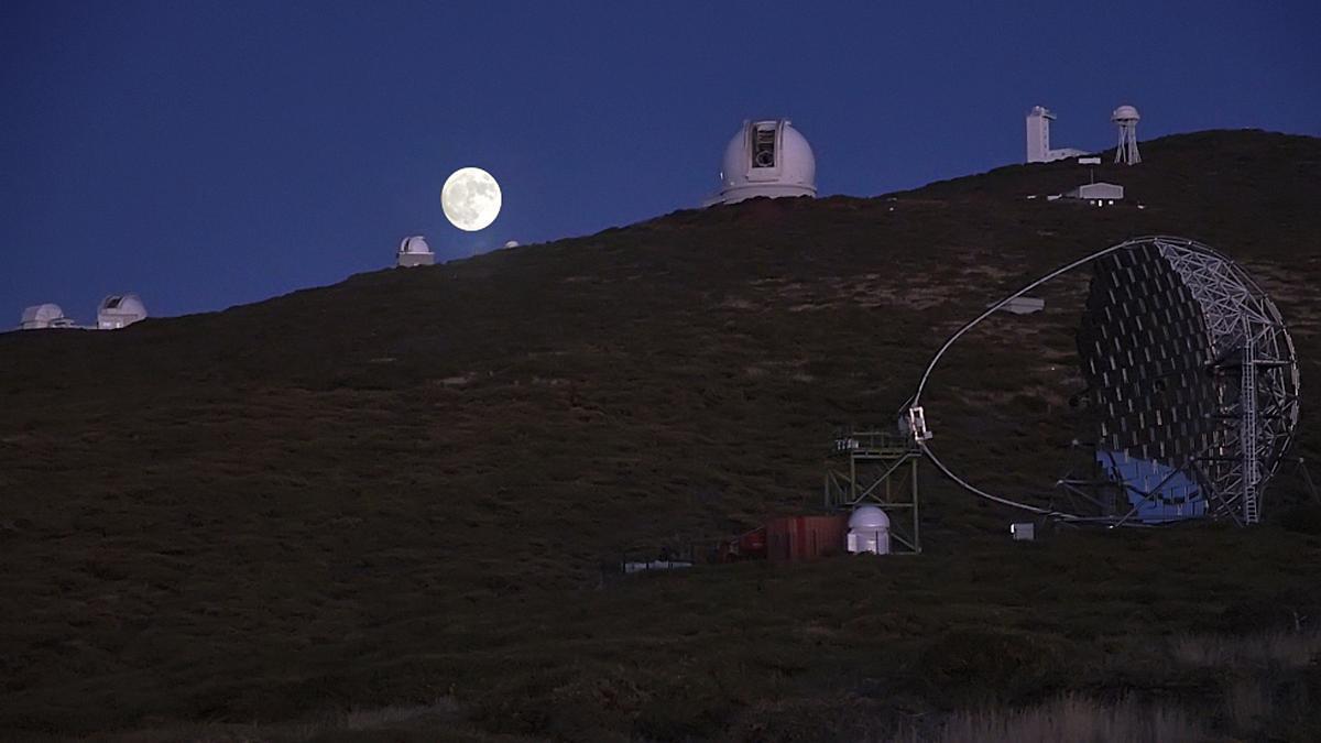 La Luna y telescopios del Observatorio del Roque de Los Muchachos, en las cumbres de Garafía.