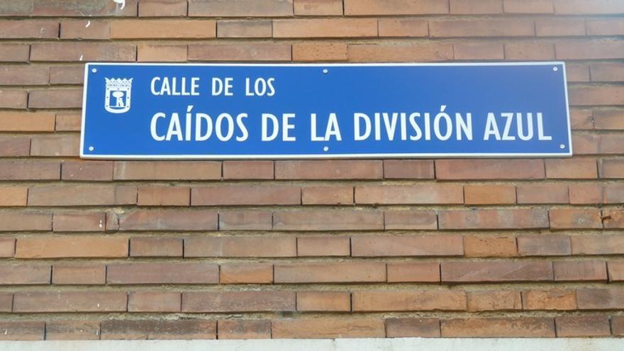 Placa de la calle Caídos de la División Azul de Madrid, en marzo de 2017.