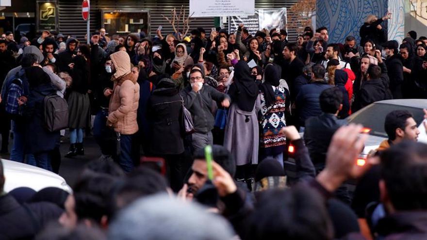 Los iraníes expresan su ira por el derribo del avión entre un gran despliegue policial