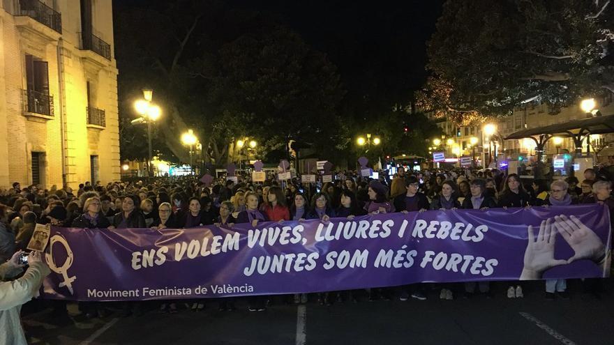 La manifestación con motivo del 25 de noviembre ha recorrido las calles de Valencia