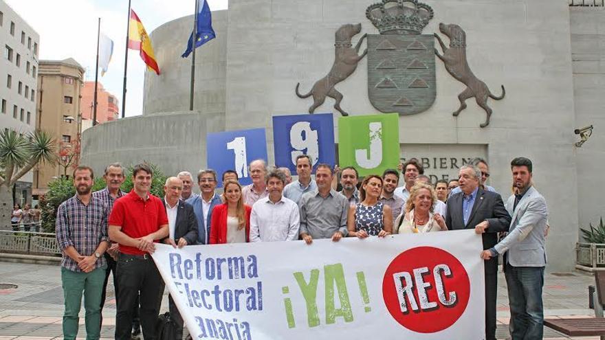 Representantes de NC, el PP, Podemos, Ciudadanos y CCD apoyan las movilizaciones por la reforma electoral. (ALEJANDRO RAMOS)