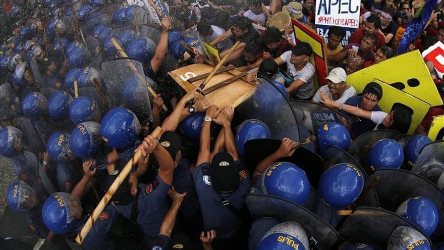 La policía filipina carga contra un millar de personas que protestaba por la cumbre de la APEC
