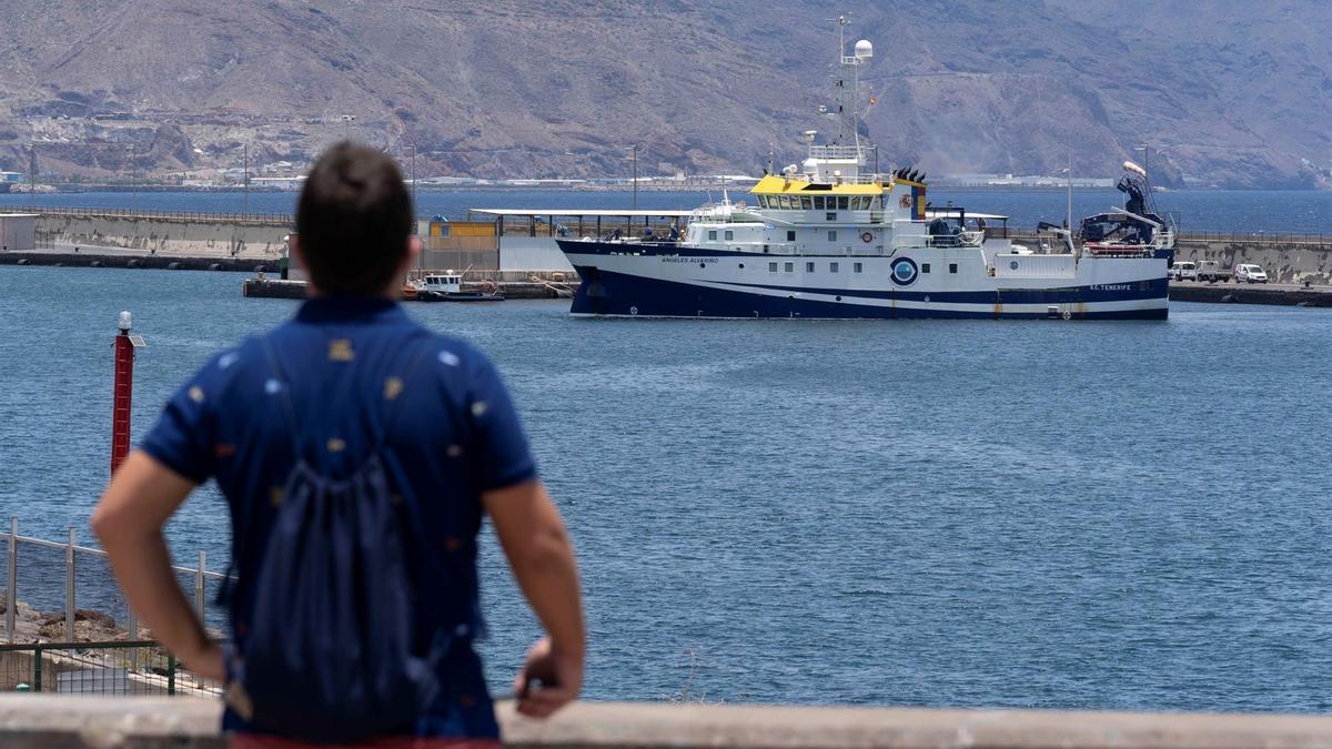 El Ángeles Alvariño, saliendo del puerto de Santa Cruz de Tenerife este lunes para retomar la búsqueda de Anna