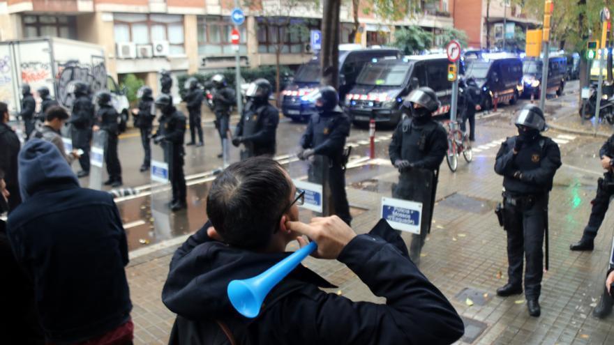 Activistas frente a agentes de los Mossos, durante el desahucio de este viernes.