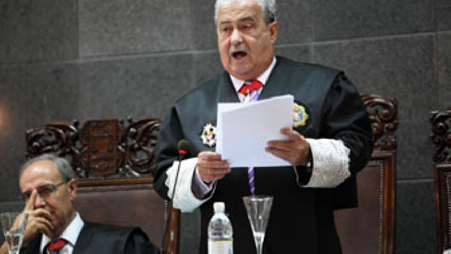 Antonio Castro Feliciano, durante su discurso, bajo la atención de Vicente Garrido. (QUIQUE CURBELO)