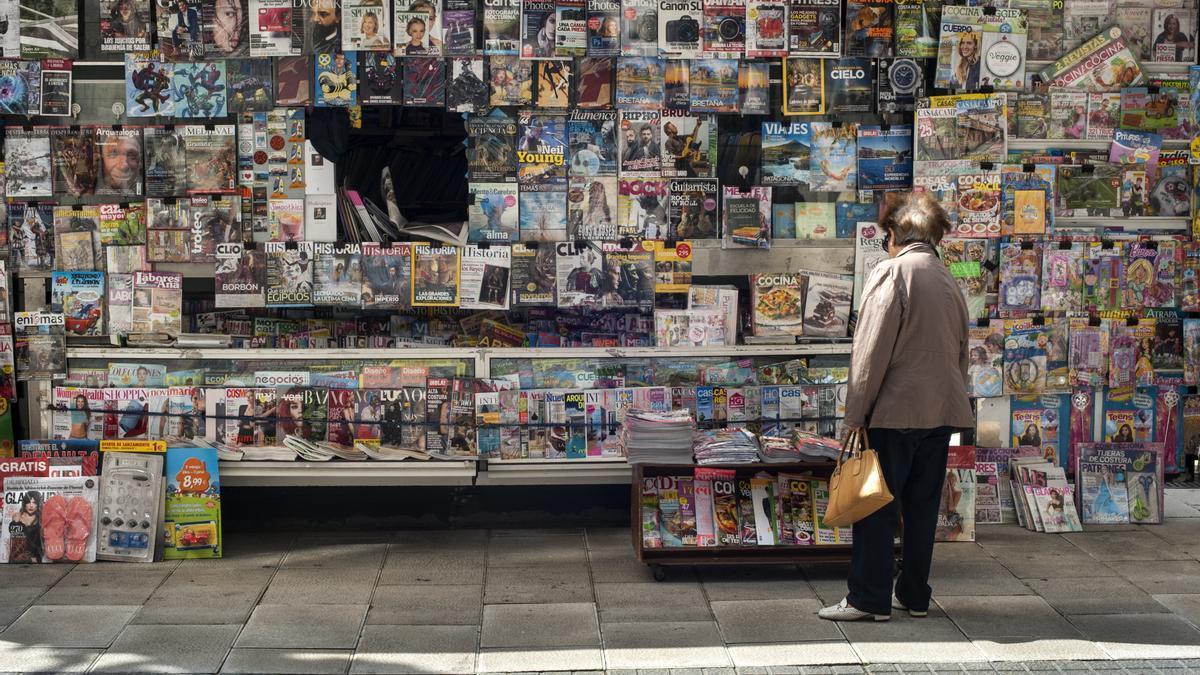 Una cliente compra el periódico en un quiosco de Santander.