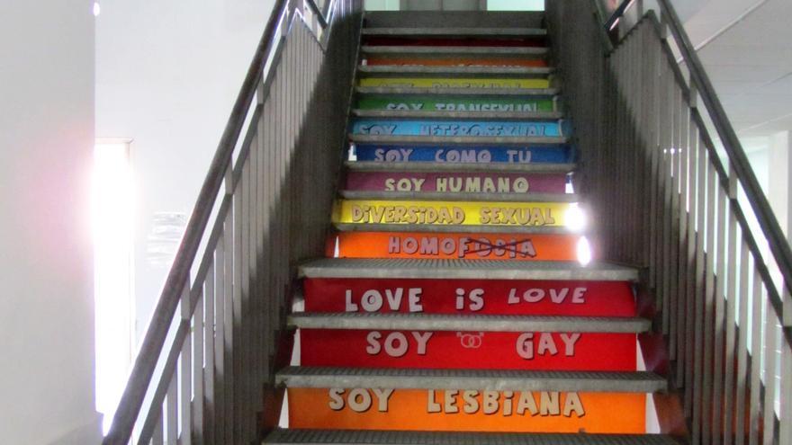 Detalle de una escalera de mismo centro, decorada con mensajes en defensa de la libertad sexual
