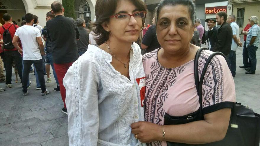 Pilar Escobar, amb la seva advocada en la concentració solidària  Foto:TOMEU FERRER