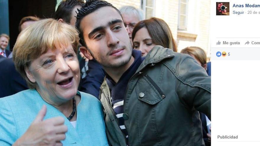 """El propio Anas Modamani subió la instantánea a su Facebook el día que conoció a """"la jefa de Alemania"""" // FAcebook: Anas Modamani"""