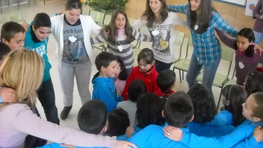 Alumnos del colegio Aderán 1 celebrán el Día de la Paz. FOTO CEDIDA POR EL CENTRO