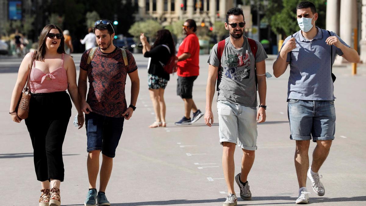 Varias personas sin mascarilla por el centro de Valencia el pasado sábado, primer día sin obligatoriedad de usar mascarillas al aire libre.