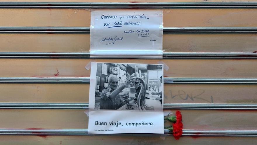 Cartel anunciando la defunción de Casto en la persiana del Palentino   FOTO: SOMOS MALASAÑA