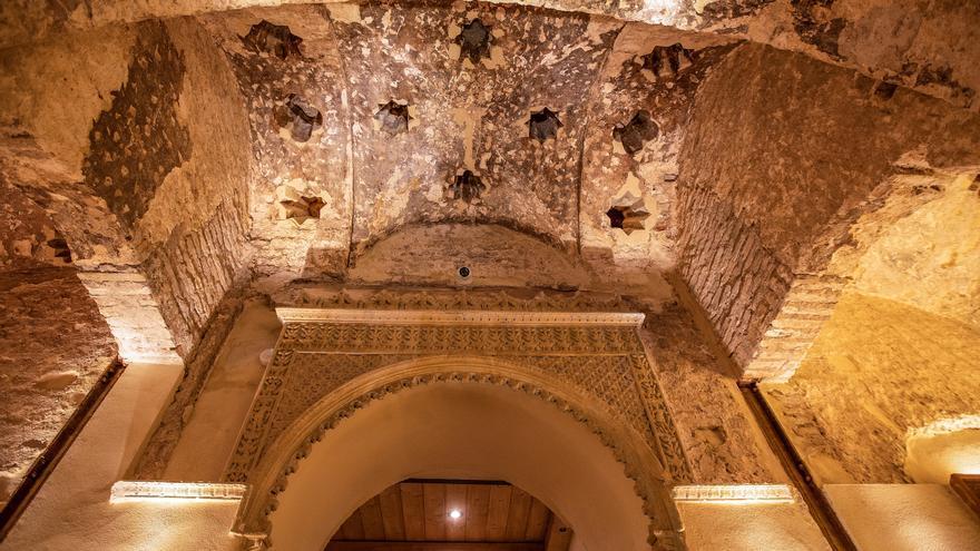 Largas colas para ver en Sevilla el hamán almohade descubierto en un bar