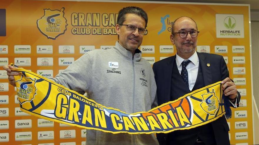 El nuevo entrenador del Herbalife Gran Canaria, Pedro Martínez (i), y el presidente del club, Enrique Moreno