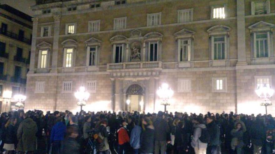 La protesta ha reunido a cerca de 300 personas delante del Palau de la Generalitat
