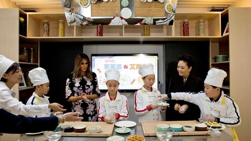 Melania Trump y Peng Liyuan asisten a varios talleres en una escuela china