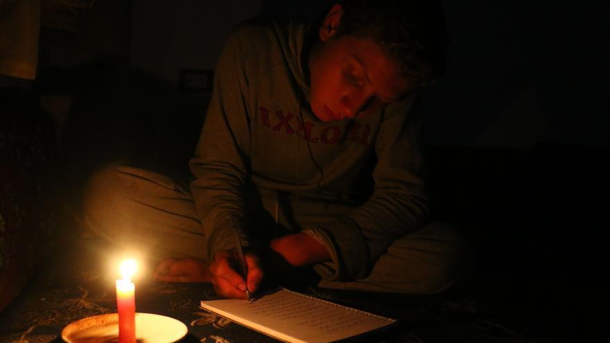 Muhammad estudiando a la luz de una vela en Ghouta oriental.