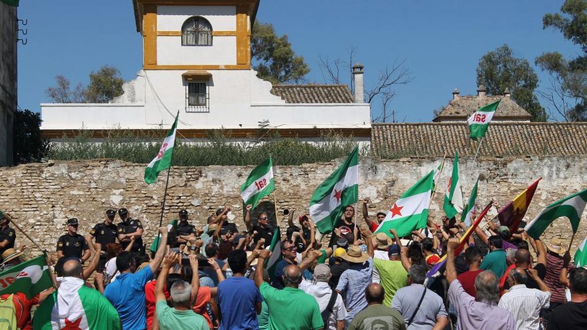 Concentración de jornaleros ante los muros del cortijo de Gambogaz.