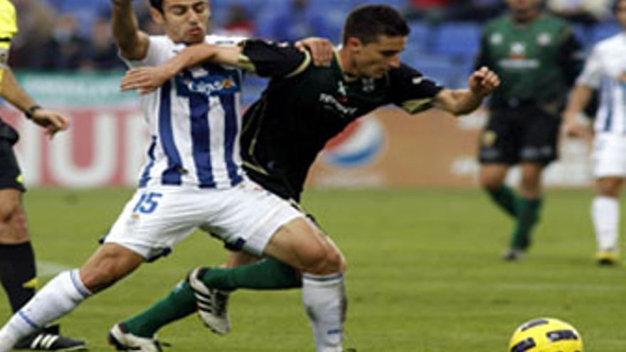 Omar intenta avanzar ante la oposición de un rival en el encuentro ante el Recreativo de Huelva. (ACFI PRESS)