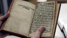 Mahzor, libro de rezo para las festividades judías de Rosh Hashaná (Año nuevo judío) y Yom Kipur (Día de la expiación), editado en la ciudad de Salónica en 1527 según la tradición de Cataluña, como indica el texto manuscrito en hebreo. La herencia de los judíos catalanes se perdió en gran medida tras su expulsión, pero su tradición y espíritu religioso, relevantes en eljudaísmomedieval, se conservaron entre sus descendientes, cuyo legado en manuscritos intenta ahora descifrar el filólogo Idan Pérez desde Jerusalén.