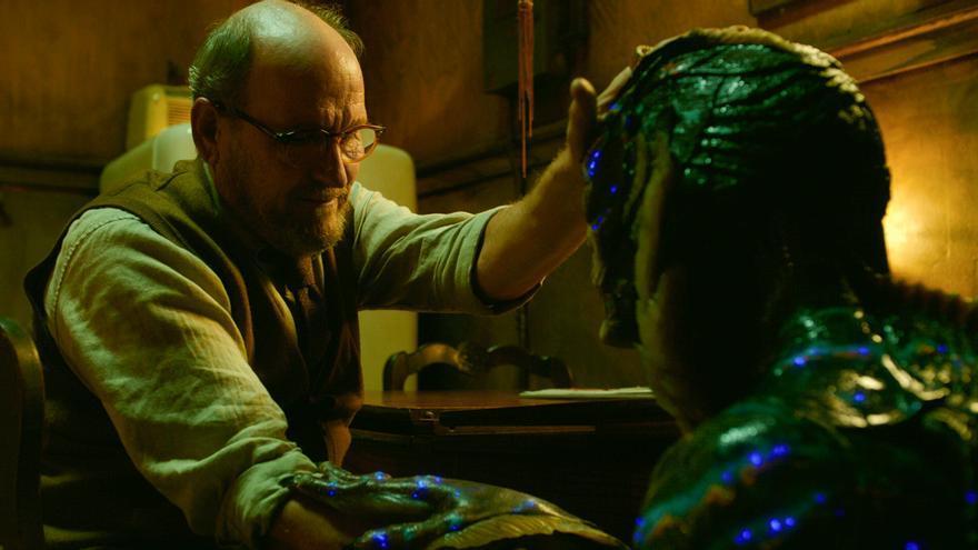 Richard Jenkins como Giles junto al hombre anfibio
