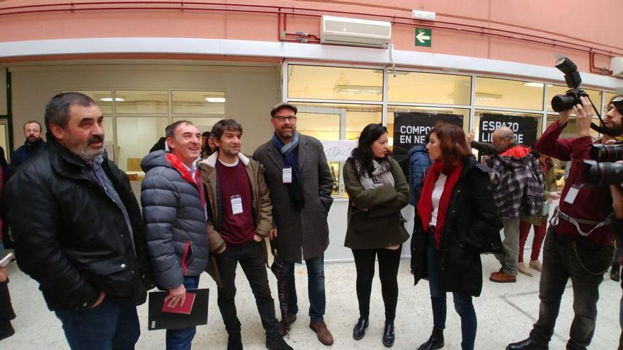 Los alcaldes de Val do Dubra, Teo, Ferrol y Santiago y concejalas de Compostela Aberta, al inicio del encuentro