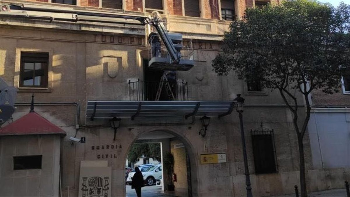 Trabajos de retirada del escudo franquista en el cuartel de Patraix.