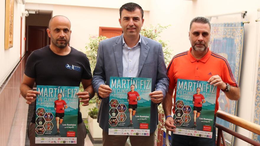 Fernando Rodríguez,Manuel Domínguez, alcalde de Los Realejos y Benito Dévora, con el cartel del encuentro