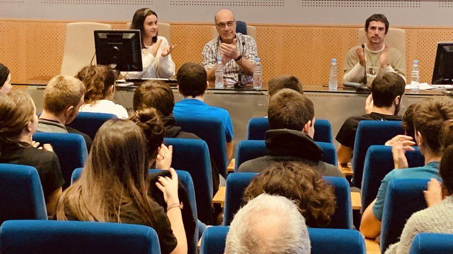 López de Abetxuko, en el centro, devolviendo las aplausos de los asistentes a su charla en la UPV-EHU