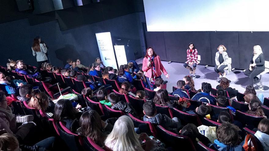 Un grupo de escolares de Gran Canaria conoce el papel de la mujer en la ciencia de la mano de mujeres científicas.