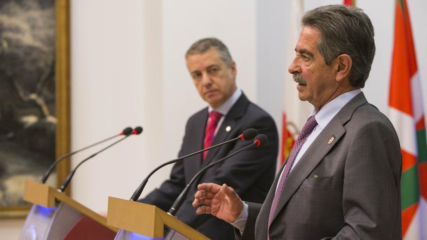 Revilla y Urkullu han comparecido en rueda de prensa tras el encuentro celebrado en la sede del Ejecutivo cántabro.   Miguel Ángel López