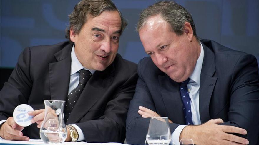 El presidente de la CEOE, Juan Rosell, y el vicepresidente de Cepyme, Jesús Terciado. EFE