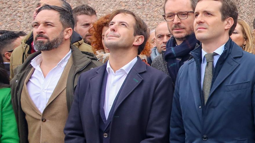Santiago Abascal (Vox), Cristiano Brown (UPyD) y Pablo Casado (PP) en la manifestación de Colón de febrero.