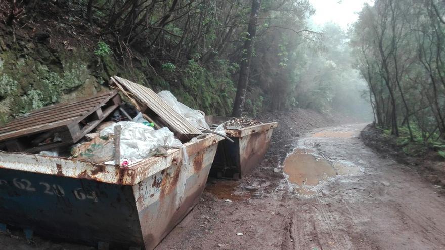 Contenedores para escombros y basura, en uno de los márgenes de la zona de tránsito