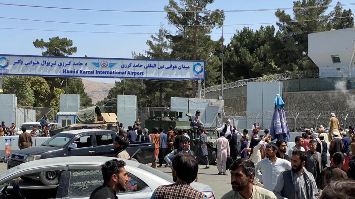 Miles de afganos frente a las puertas del aeropuerto internacional de Kabul