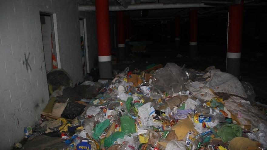 Uno de los sótanos del bloque antes de la intervención municipal