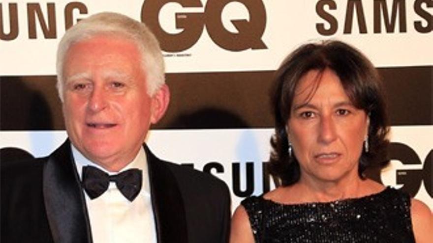 Paolo Vasile recibe el premio al 'mejor empresario' arropado por su esposa