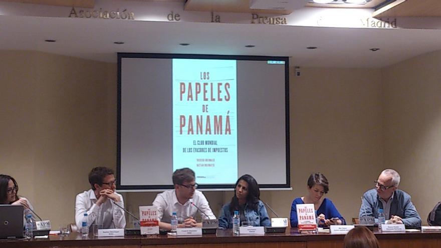 Bastian Obermayer, Frederik Obermaier, Ana Pastor, Mar Cabra y Ramón Perelló durante la presentación del libro.
