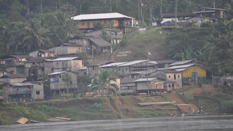 La comunidad de San Miguel vista desde el río Cayapas (Ecuador) / Maruxa Ruiz del Arbol
