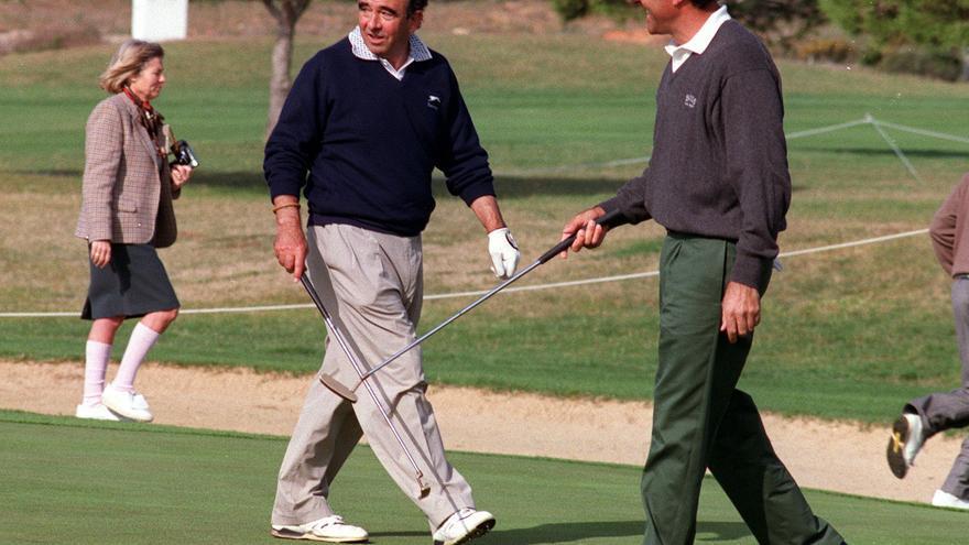 Chiclana (Cádiz), 24-2-1993.- Severiano Ballesteros entrena, en presencia de su suegro, el banquero Emilio Botín / Jaro Muñoz (EFE)