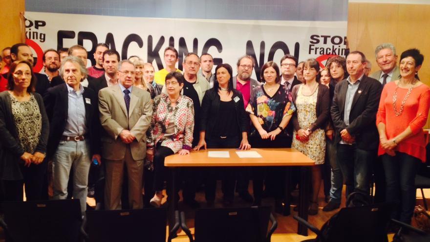 Representantes de la veintena de partidos y plataformas antifracking durante la firma del acuerdo para prohibir esta ténica, este miércoles en el Congreso. / A. G.