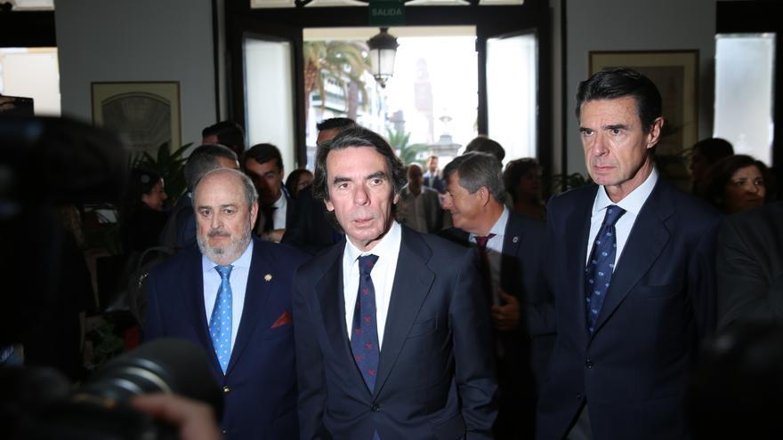 El presidente del Gabinete Literario, el expresidente Aznar y el exministro José Manuel Soria. (De izquierda a derecha)