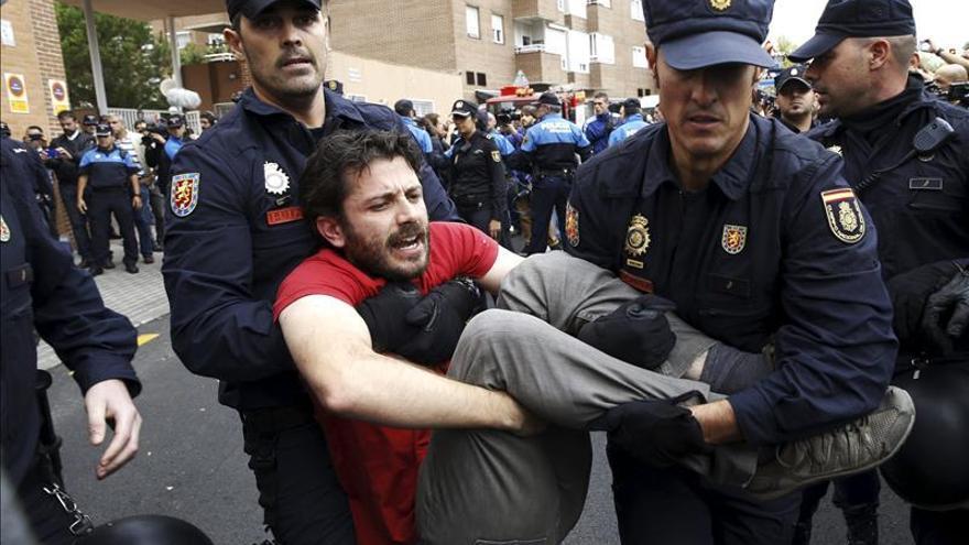Numerosos policías, manifestantes y curiosos esperan la salida de Excalibur