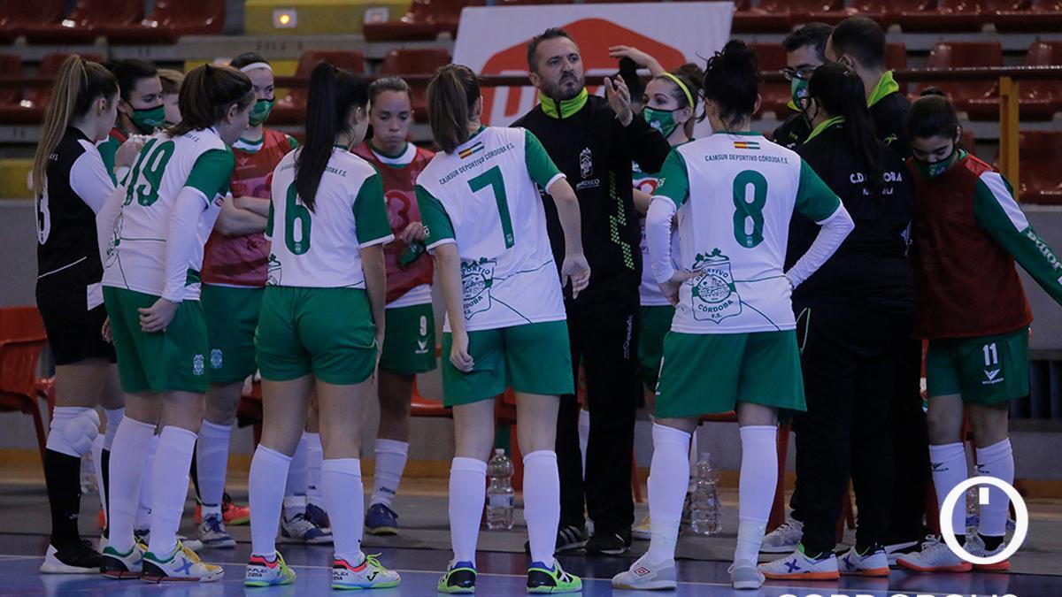 Juanma Cubero instruye a sus jugadoras en un partido.